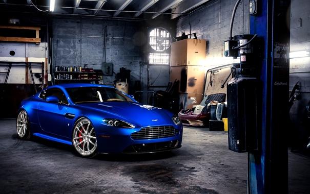 Фото обои синий, Aston Martin, гараж, суперкар, передок, Астон Мартин, Вантаж
