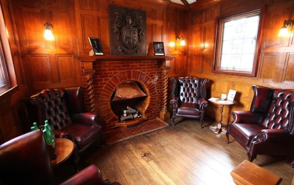 Фото обои комната, окно, кресла, камин, герб, столики, лампы.