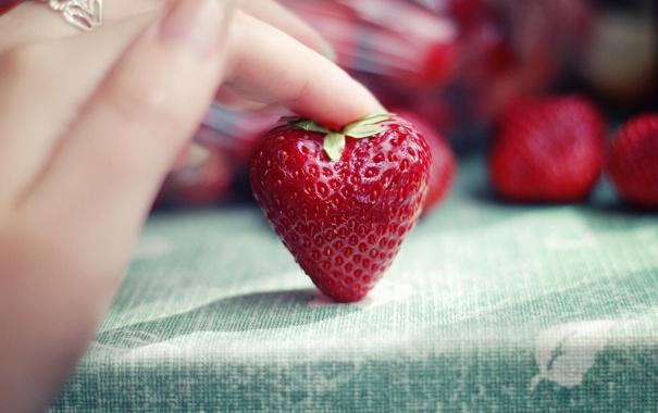 Фото обои макро, рука, клубника, ягода, пальны