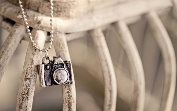 Фото обои металл, фотоаппарат, цепочка, подвеска
