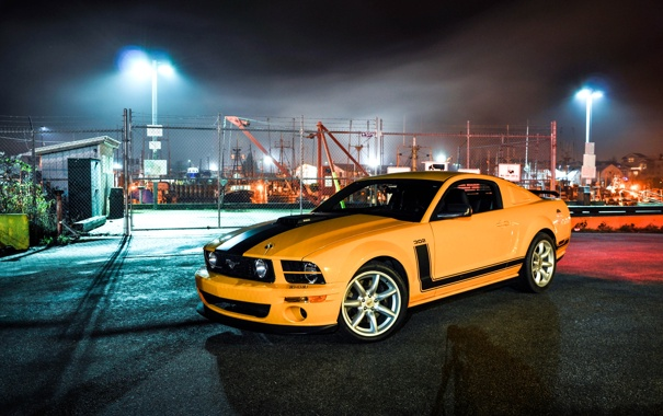 Фото обои ночь, жёлтый, Mustang, Ford, ограждение, Форд, фонари