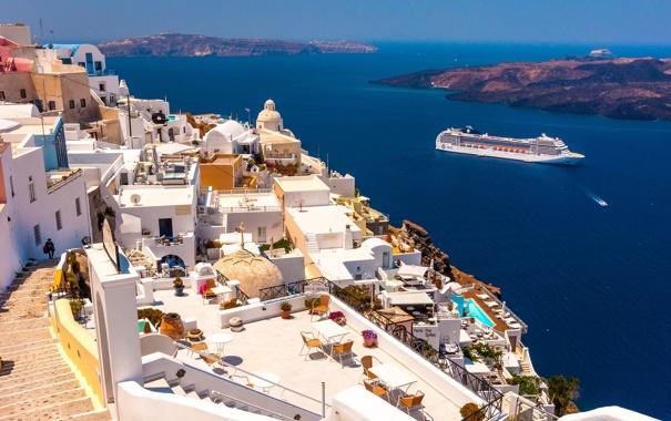 Фото обои море, корабль, дома, Санторини, Греция, склон, лайнер