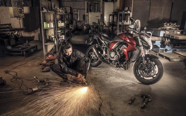 Фото обои девушка, гараж, мотоцикл