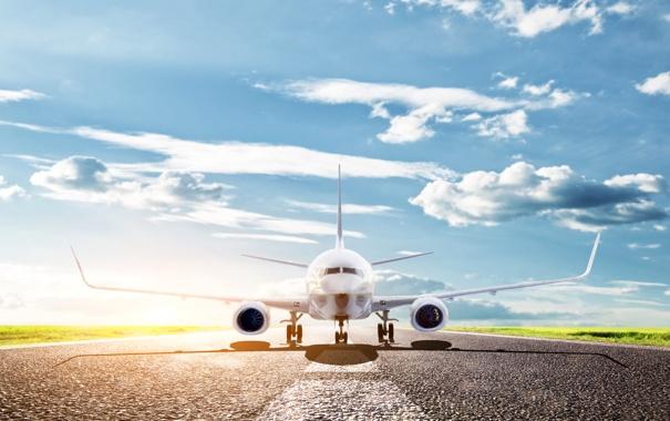 Фото обои небо, асфальт, солнце, облака, самолет, полоса, взлетная