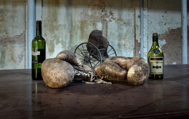 Фото обои спорт, бокс, перчатки, бутылки
