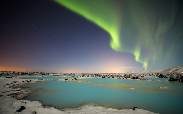 Фото обои небо, звезды, снег, горы, озеро, сияние