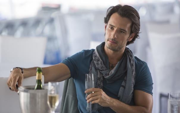Фото обои бокалы, актер, Focus, шампанское, Фокус, Родриго Санторо, Rodrigo Santoro