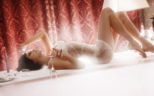 Фото обои девушка, обои, белье, бокалы, лежит, кружево