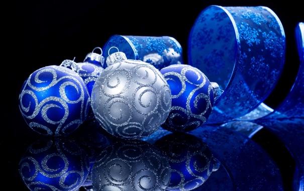 Фото обои украшения, синий, отражение, шары, серебряный, Ёлочные, лента со снежинками