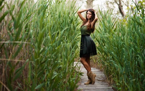 Фото обои трава, девушка, поза, волосы, юбка, растения