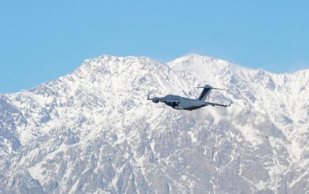 Фото обои полет, горы, самолёт, стратегический, военно-транспортный, C-17, Globemaster III