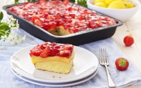 Картинка ягоды, клубника, пирог, тарелки, вилка, противень