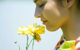 Обои девушка, запах, цветочек, вдох