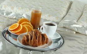 Обои кофе, апельсин, завтрак, сок, постель, поднос, круассан