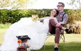 Обои трава, скамейка, книги, букет, платье, очки, мужчина