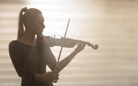 Обои девушка, скрипка, музыка, свет