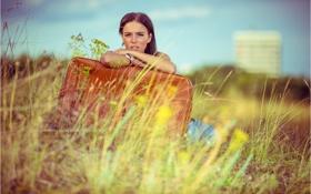 Картинка девушка, чемодан, сидит