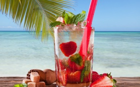 Обои море, пальма, клубника, коктейль, трубочка, мята