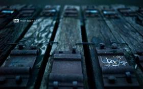 Обои граффити, шпалы, костыли, опустошение, Motograffi Photography