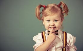 Картинка фон, рука, девочка, кофта, хвостики, подтяжки