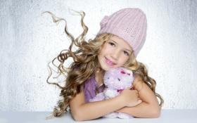 Картинка улыбка, шапка, игрушка, девочка, локоны