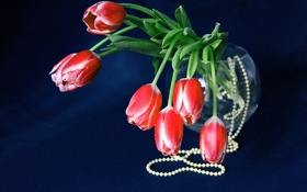 Обои тюльпаны, цветы, букет, бусы, ваза
