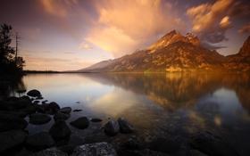 Обои прозрачность, облака, горы, озеро, отражение, камни, рассвет
