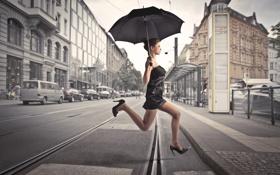 Обои девушка, машины, город, прыжок, здания, рельсы, зонт