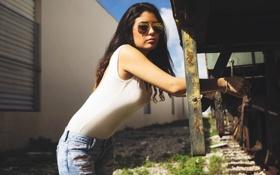 Картинка Девушка, джинсы, очки