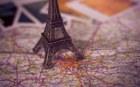 Обои эйфелева башня, париж, карта, фотографии, статуэтка