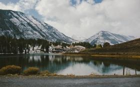 Обои дорога, облака, горы, озеро, отражение, зеркало, кабина
