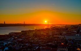 Картинка закат, крыши, Португалия, Лиссабон, оранжевое небо, 25 de Abril Bridge, реку Тежу