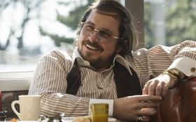 Обои улыбка, кадр, очки, Кристиан Бэйл, Christian Bale, American Hustle, Афера по-американски
