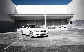 Картинка небо, асфальт, здание, бмв, BMW, белая, white