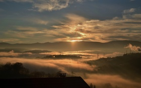 Обои крыша, небо, облака, Солнце, утро, дымка