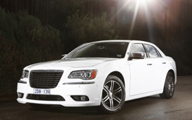 Обои солнце, фон, Chrysler, Крайслер, седан, 300C, белый.передок
