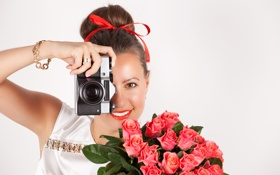 Картинка девушка, цветы, розы, фотоаппарат