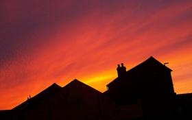 Обои крыша, небо, облака, дом, силуэт, зарево