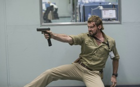 Обои пистолет, ситуация, кадр, Hugh Jackman, Хью Джекман, Chappie, Робот по имени Чаппи