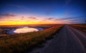 Обои дорога, небо, трава, рассвет, лужа, обочина, замерзшая
