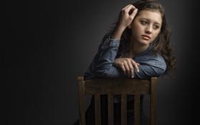 Картинка портрет, стул, веснушки, кудри