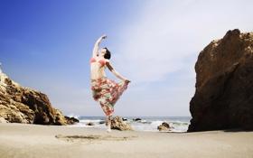 Картинка песок, море, небо, девушка, камни, прыжок, юбка