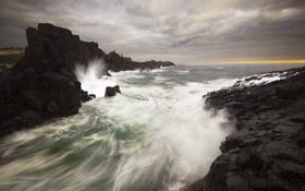 Картинка море, волны, брызги, тучи, скалы