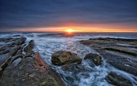Обои закат, берег, солнце, горизонт, отблеск, море, каменистый