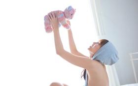 Картинка девушка, свет, игрушка, капюшон, азиатка, коленки, тонкие пальцы