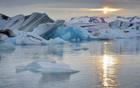 Обои горы, льдины, Исландия, Iceland, Атлантический океан, Atlantic Ocean, лагуна Ёкюльсаурлоун
