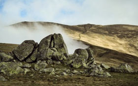 Картинка камни, сопки, туман