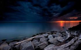 Картинка небо, закат, тучи, озеро, камни, берег, зарево