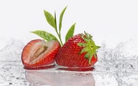 Картинка клубника, вода, листочки, макро, ягоды