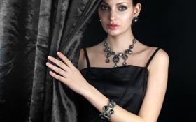 Обои платье, черный фон, девушка, брюнетка, макияж, прическа, шторка